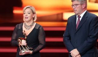 Sabine Kehm und Ross Brawn nahmen den Ehren-Bambi für Schumi entgegen. (Foto)