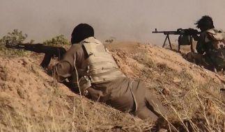 IS-Kämpfer bei einem Schusswechsel. (Foto)