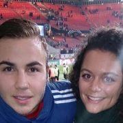 Star-Kicker Mario Götze postet auf Facebook dieses Bild mit einer Brünetten aus dem Stadion.