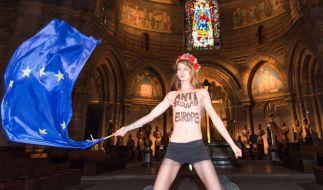 Mit nacktem Oberkörper hat eine Aktivistin der Frauenrechtsorganisation Femen im Straßburger Münster gegen den für morgen geplanten Papst-Besuch protestiert. (Foto)