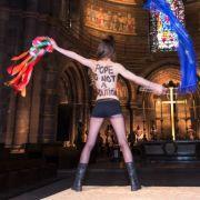 «Der Papst ist kein Politiker» stand auf dem Rücken der Frau. Sie war auf den Altar des Münsters geklettert und schwenkte eine Europa-Fahne.