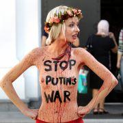 Die Aktivistinnen geben sich nicht nur damit zufrieden, ihren blanken Busen zu zeigen und mit einer Botschaft zu versehen.