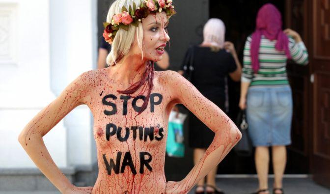 Die Aktivistinnen geben sich nicht nur damit zufrieden, ihren blanken Busen zu zeigen und mit einer Botschaft zu versehen. (Foto)