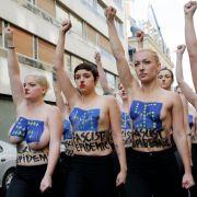 Mit Hitler-Bärtchen und Hakenkreuzen auf nackten Brüsten hat die internationale Frauengruppe Femen gegen die in Frankreich erfolgreiche rechtsextreme Front National protestiert.