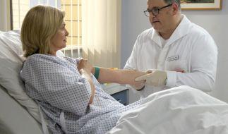 Für Hans-Peter (Michael Trischan) ist es unerträglich, Yvonne Habermann (Maren Gilzer) für die Operation vorzubereiten. (Foto)