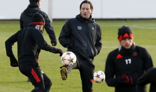 Der Leverkusener Trainer Roger Schmidt jongliert mit dem Ball während des Abschlusstrainings. (Foto)