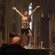 Kölner Messdiener durch nackte Femen-Brüste traumatisiert (Foto)