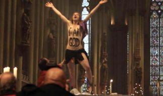 Eine Femen-Aktivistin posierte nackt während der Weihnachtsmesse im Kölner Dom auf dem Altar. (Foto)