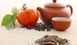 Geschmackliche Abwechslung ist mit Gemüsetee - etwa mit Tomatenaroma - garantiert. (Foto)