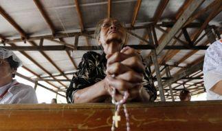 Angst vor Taifun Hagupit: Eine Frau betet in einer Notunterkunft. (Foto)
