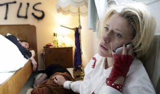 Sophie Haas (Caroline Peters) erwacht mit einem Filmriss. (Foto)