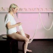 Frau strickt aus ihrer Vagina heraus (Foto)