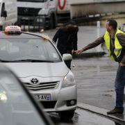 Taxifahrer behindern Verkehr in Paris als Protest gegen Uber (Foto)