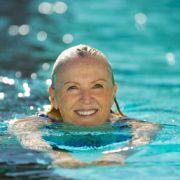 Regelmäßiger Sport kann Hitzewallungen verringern und wirkt auch vorbeugend gegen Osteoporose.