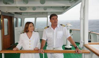 Kapitän Burger (Sascha Hehn) erzählt Beatrice (Heide Keller), was er seinerzeit auf dem Frachtschiff erleben musste. (Foto)