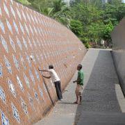 Zehntausende gedenken der Opfer des verheerenden Tsunamis (Foto)