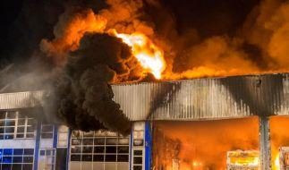 Halle mit 25 Bussen brennt nieder (Foto)