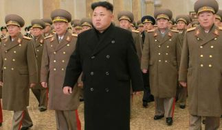 Nordkoreas Machthaber Kim Jong Un umgeben von Militärs. (Foto)