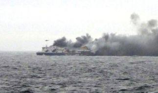 Noch immer bangen Menschen auf der brennenden Fähre im Mittelmeer um ihr Leben. (Foto)