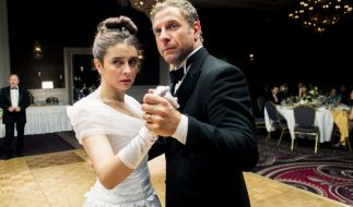 Romina (Érica Rivas) und Ariel (Diego Gentile) machen gute Miene zum bösen Spiel. (Foto)