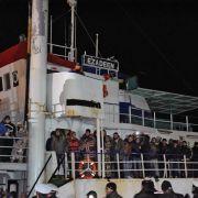 Migranten von führerlosem Schiff in Aufnahmelager gebracht (Foto)