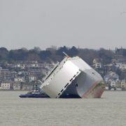 Bergungsteam untersucht vor England gestrandeten Frachter (Foto)