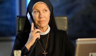 Mutter Oberin Louiese von Beilheim (Gaby Dohm) sagt Wöller am Telefon, dass sie nicht daran denkt, den Kaufvertrag für das Kloster rückgängig zu machen. (Foto)