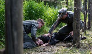 Lothar (Ludwig Trepte, M.) wird beim Überqueren der Grenze erschossen. (Foto)