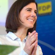 Beine von FDP-Politikerin Katja Suding im Fokus der Kamera (Foto)