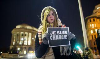 Tausende Menschen solidarisieren sich mit der Satirezeitschrift Charlie Hebdo. (Foto)