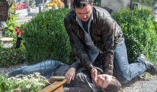 Als Martin (Hans Sigl) zum Friedhof kommt, findet er die bewusstlose Lena (Sarah Zaharanski). (Foto)