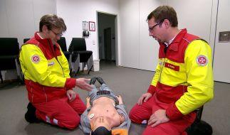 Jörg Lüssem alias Jan Seifert (links) muss noch einmal zum Erste-Hilfe-Kurs. (Foto)