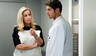 Die neue Klinikleiterin Sarah Marquardt (Alexa Maria Surholt) knöpft sich Dr. Niklas Ahrend (Roy Peter Link) vor. (Foto)