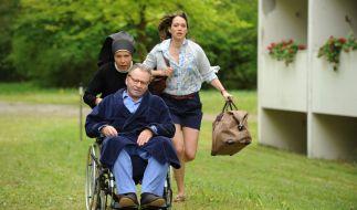 Schwester Hanna (Janina Hartwig, l.) und Petra Kemmler (Nike Fuhrmann, r.) flüchten mit Bürgermeister Wöller (Fritz Wepper, M.) aus der Seniorenresidenz Sonnenschein. (Foto)