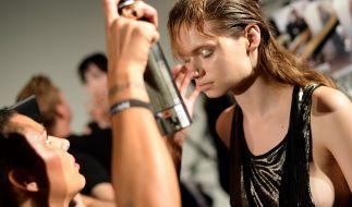 Ein Model wird backstage für die Offsite-Show des Berliner Avantgarde-Labels Augustin Teboul auf der Mercedes-Benz Fashion Week am 10.07.2014 in Berlin frisiert. (Foto)