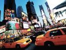 Taxis fahren in New York am Times Square vorbei. (Foto)