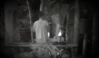 Mit heruntergelassener Hose kommt Wut-Walter von der Toilette und wischt sich vor Rolfe den Hintern. Eklig! (Foto)