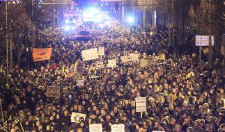 Legida-Demo in Leipzig am 21. Januar 2015: Es wird mit Zehntausenden Teilnehmern gerechnet - auch von der Gegenseite (im Bild: Protest gegen Legida am 12.01.2015). (Foto)