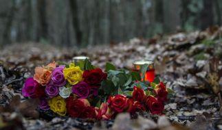 Blumen und Kerzen am Tatort in Berlin-Adlershof: Hier wurde eine schwangere 19-Jährige niedergestochen und lebend verbrannt. (Foto)