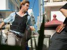 Hathaway (Chris Hemsworth) soll den Hacker am Computer aufspüren, findet sich dann aber selbst im Kugelhagel wieder. (Foto)