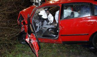 Aus diesem Auto musste der Geisterfahrer geborgen werden. Er kam schwer verletzt in eine Klinik, schwebt aber nicht in Lebensgefahr. (Foto)