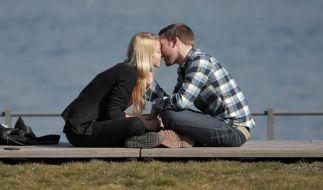 Laut einer Studie haben es junge Männer in einer Beziehung nicht leicht. Sie leiden unter Erektionsstörungen und extremer Unsicherheit. (Foto)