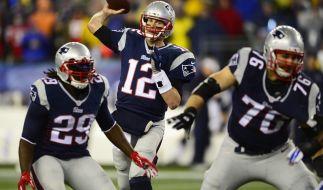 New England Patriots' Quarterback Tom Brady wirft einen Pass über seine Mitspieler LeGarrette Blount (links) und Sebastian Vollmer (rechts). (Foto)