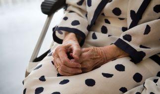 Als die 90-Jährige schlief, soll sich der Einbrecher an ihr vergangen haben. (Foto)