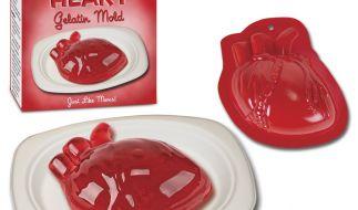 Liebe geht durch den Magen - jedenfalls, wenn Sie zum Valentinstag ein Herz aus Wackelpudding servieren. (Foto)