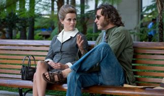 """Reese Witherspoon als Deputy D.A. Penny Kimball und Joaquin Phoenix als Larry """"Doc"""" Sportello in INHERENT VICE. (Foto)"""