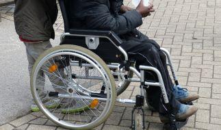 Schwerbehinderte sollen dem Gesetz nach bei Bewerbungen bevorzugt behandelt werden - doch unter Umständen können schwerbehinderte Bewerber auch eine Entschädigung verlangen, wenn sie eine Einladung zum Vorstellungsgespräch erhalten haben. (Foto)