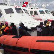 Flüchtlingsboote in Seenot: 700 Migranten gerettet (Foto)