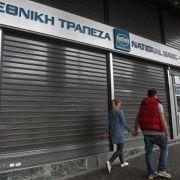 Verunsicherte Griechen heben Geld ab (Foto)