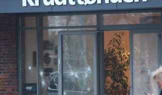 Einschusslöcher in der Tür des Cafés in Kopenhagen. (Foto)